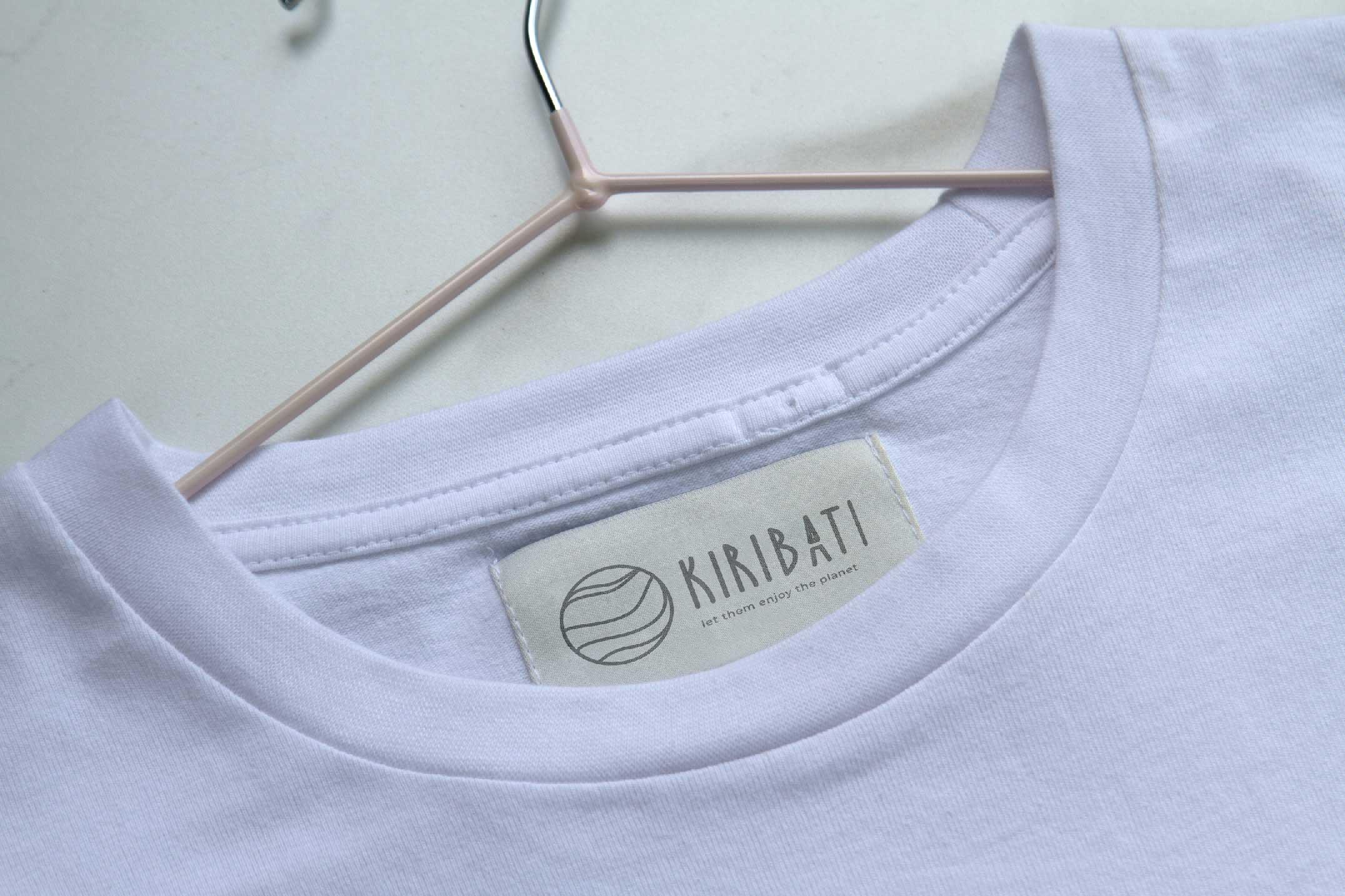 En la foto vemos la etiqueta y ladiseño de la marca de camisetas
